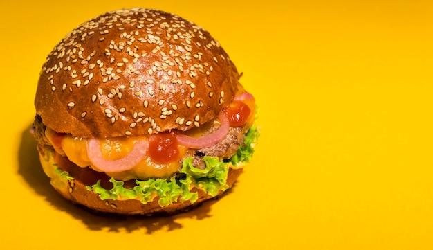 Hamburguesa de ternera con lechuga y tomate Foto gratis