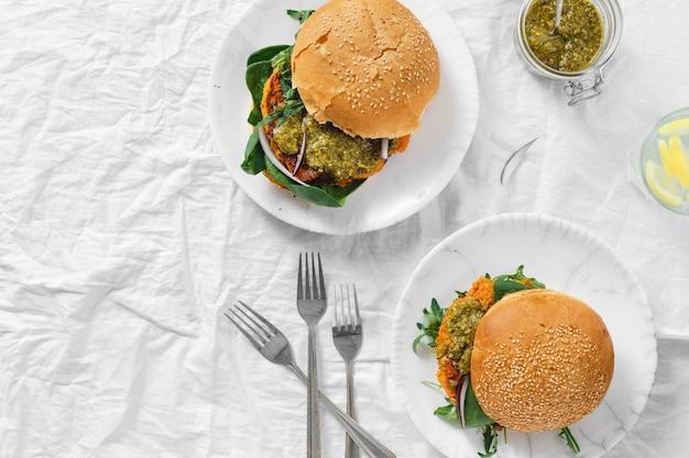 Hamburguesa vegetariana chuleta de calabaza espinaca rúcula pesto vista superior comida sana Foto Premium
