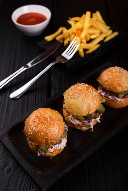 Hamburguesas americanas de comida rápida listas para ser servidas Foto gratis
