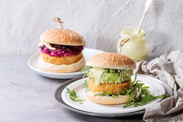 Hamburguesas veganas con aguacate, remolacha y salsa. Foto Premium
