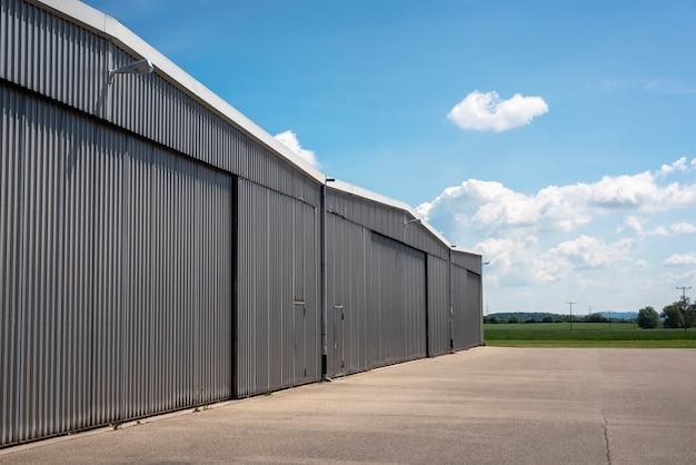 Hangar exterior en un pequeño aeropuerto. aviación privada Foto Premium