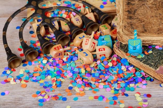 Hanukkah menorah con velas agrupación de dreidels de hanukkah en un entorno rústico Foto Premium