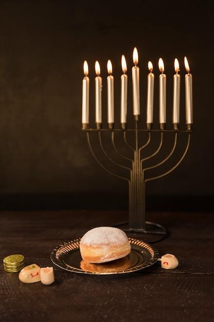 Hanukkah snack y símbolos en la mesa Foto gratis