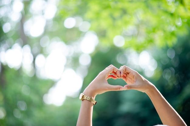 Hecho a mano en forma de corazón Foto Premium