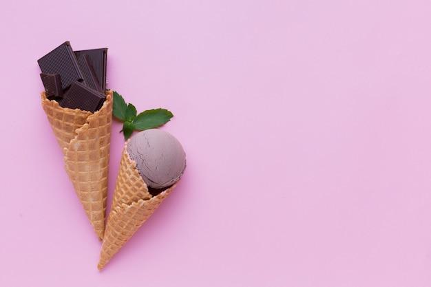 Helado de chocolate sobre fondo rosa Foto gratis