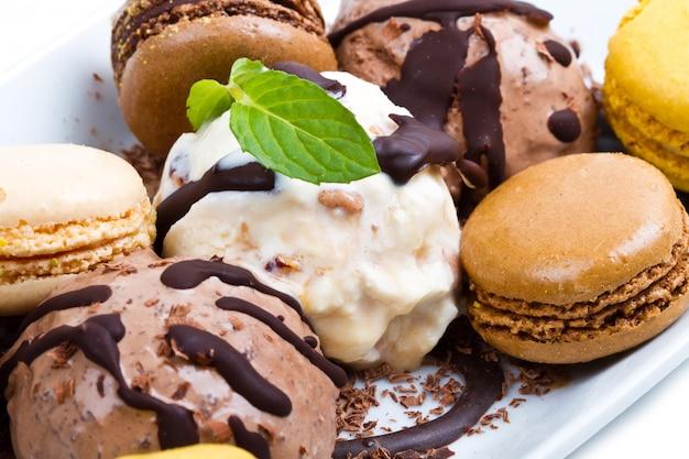 Helado de chocolate y vainilla Foto Premium