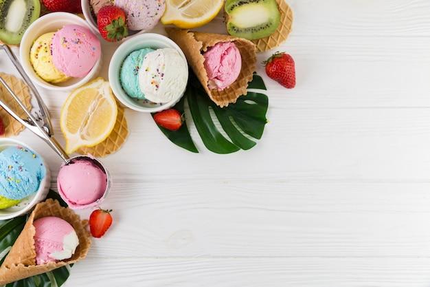Helado de colores servido con frutas. Foto gratis