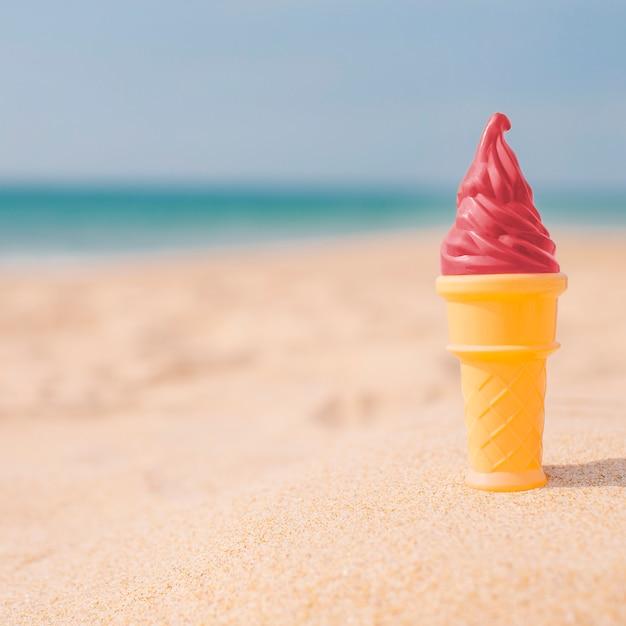 Helado de fresa en la playa. Foto gratis