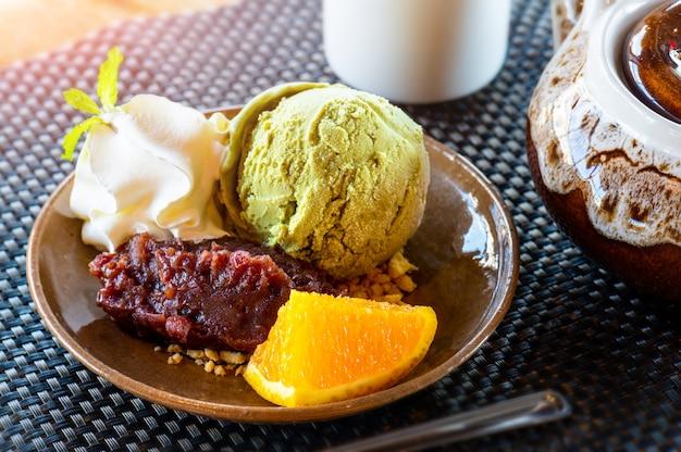 Helado de té verde matcha con frijol rojo. Foto Premium