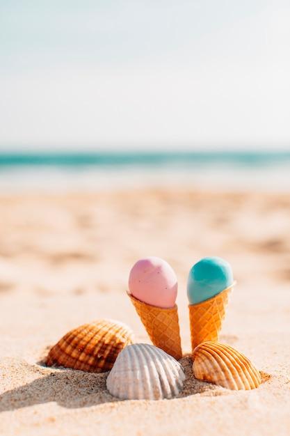 Helados con conchas en la playa. Foto gratis