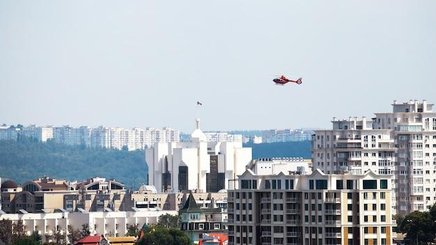 Helicóptero sobrevolando la presidencia y altos edificios residenciales en chisinau, moldavia Foto gratis