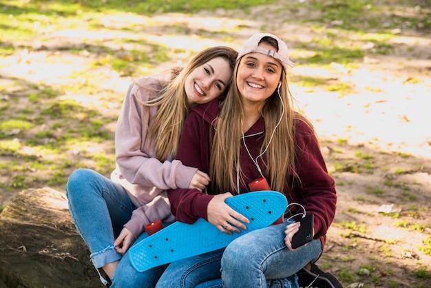 Hembras jóvenes sentados al aire libre Foto gratis