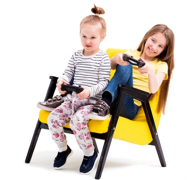 Hermanos jugando batallas con joystick Foto Premium