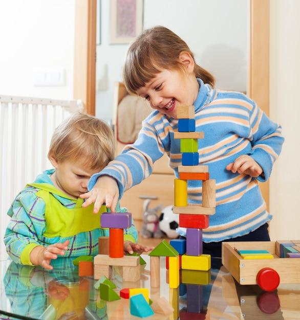 Hermanos jugando juntos con juguetes Foto gratis