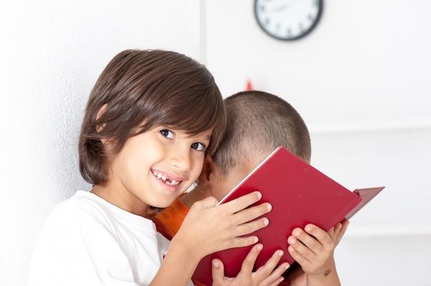 Hermanos leyendo libro Foto Premium