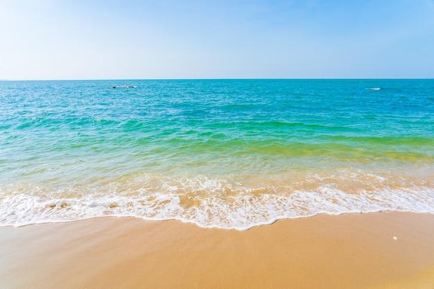 Hermosa al aire libre con playa tropical mar océano para vacaciones Foto gratis