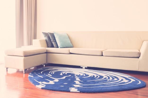 Hermosa almohada de lujo en la decoración del sofá en el interior de la sala de estar - vintage light filter Foto gratis