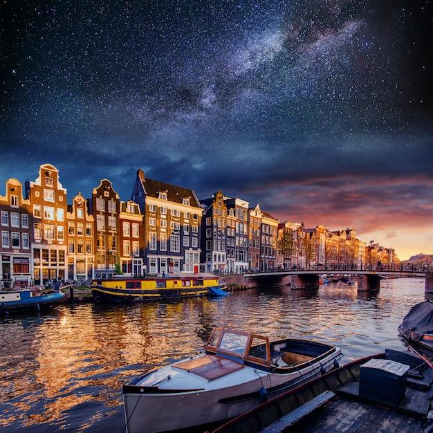 Hermosa en amsterdam. iluminación nocturna Foto Premium