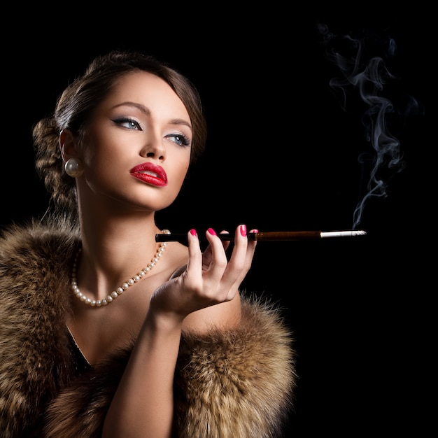 Hermosa y atractiva mujer con pieles Foto gratis
