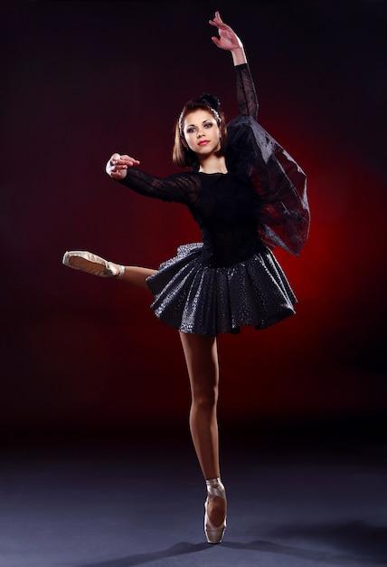 Hermosa bailarina bailando ballet Foto gratis