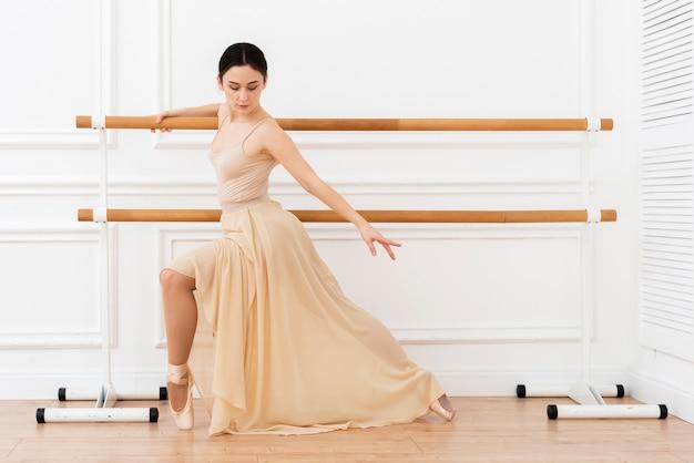 Hermosa bailarina bailando con elegancia Foto gratis