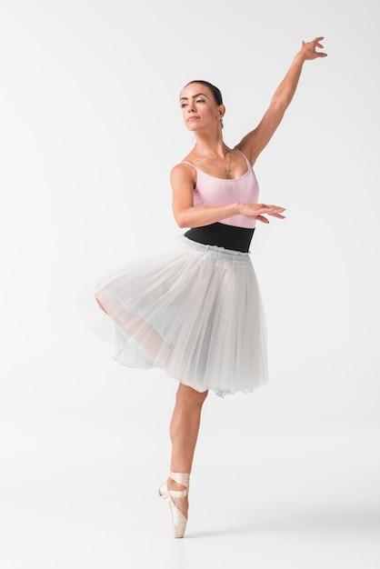 Hermosa bailarina en elegante tutú blanco contra el fondo blanco Foto gratis
