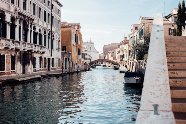 Hermosa calle veneciana en día de verano, italia Foto Premium