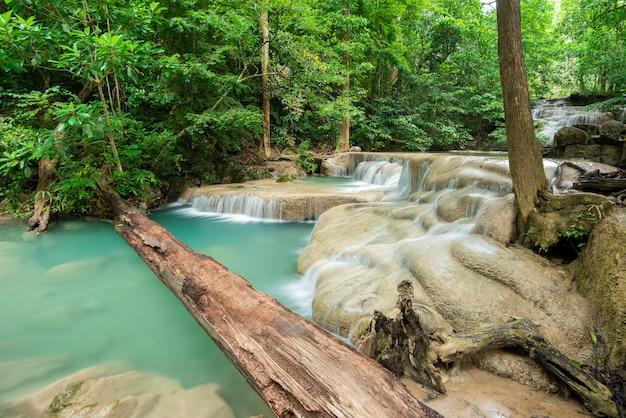 Hermosa cascada en el parque nacional cascada erawan en kanchanaburi, tailandia Foto Premium