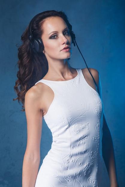 Hermosa chica con auriculares Foto gratis