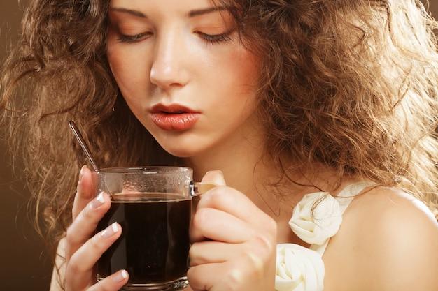 Hermosa chica bebiendo té o café. Foto Premium