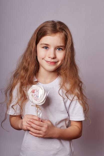 Hermosa chica con cabello rubio come una piruleta Foto Premium