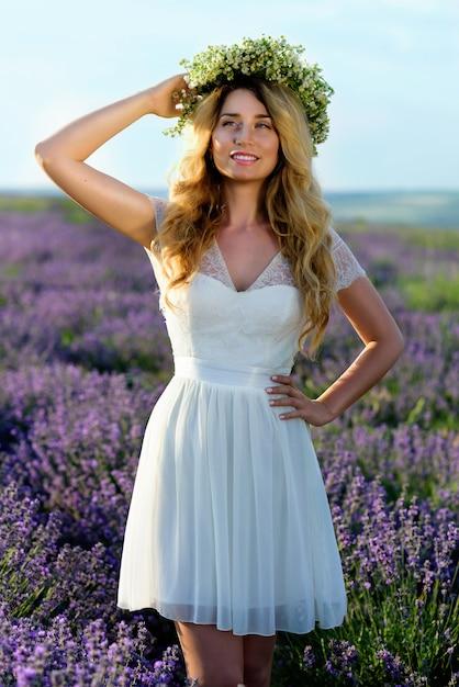 Vestido blanco con corona de flores