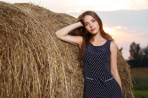 Hermosa chica en el campo Foto gratis