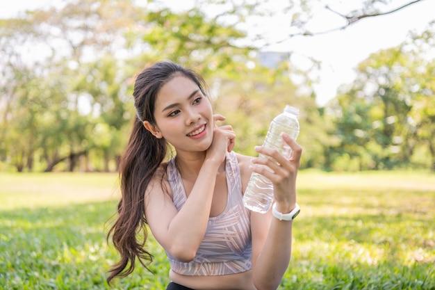 Hermosa chica cansada de ejercicio. agua potable hermosa de la muchacha con sed. Foto Premium