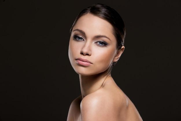 Hermosa chica con cara perfecta Foto gratis