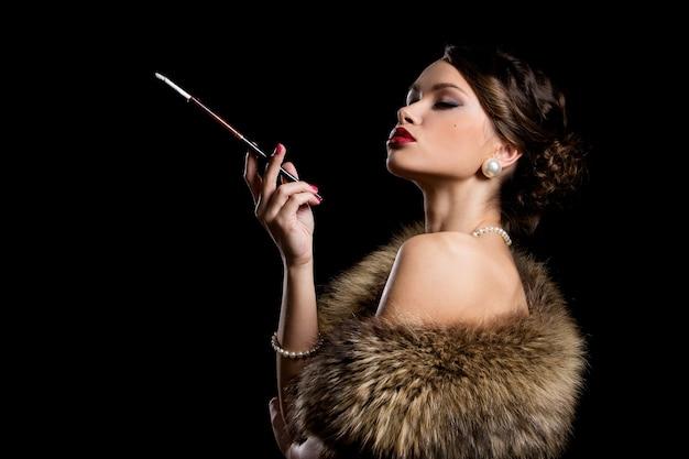 Hermosa chica con cigarrillo Foto gratis