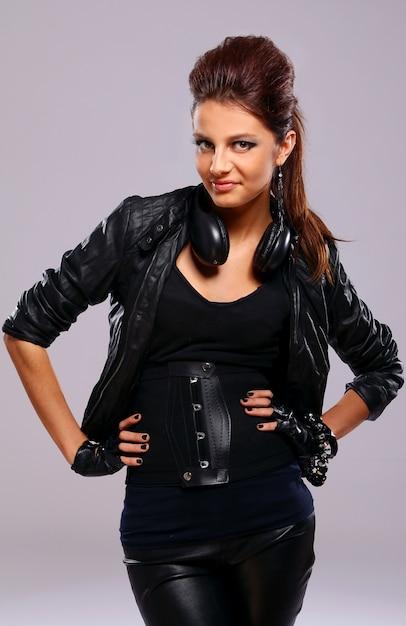 Hermosa chica en cuero con auriculares Foto gratis