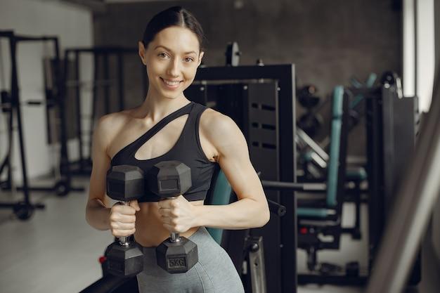 Una hermosa chica se dedica a un gimnasio Foto gratis