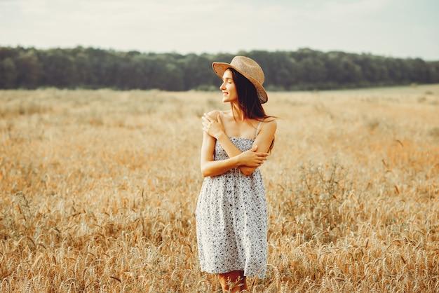 Hermosa chica descansa en un campo. Foto gratis