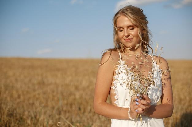 Hermosa chica elegante en un campo de otoño Foto gratis