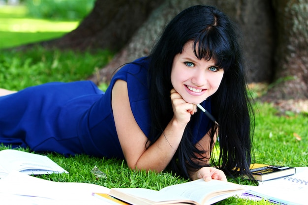 Hermosa chica estudiando en el parque Foto gratis