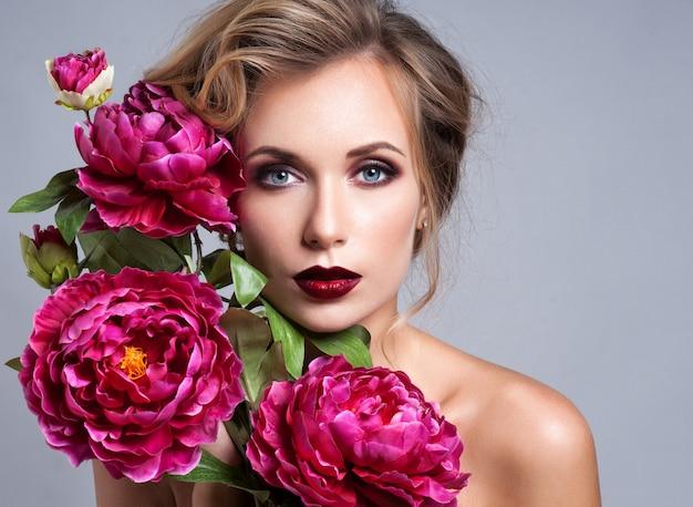 Hermosa chica con flores de primavera. Foto Premium