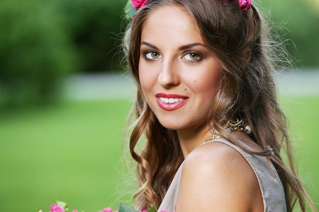 Hermosa chica con flores Foto gratis
