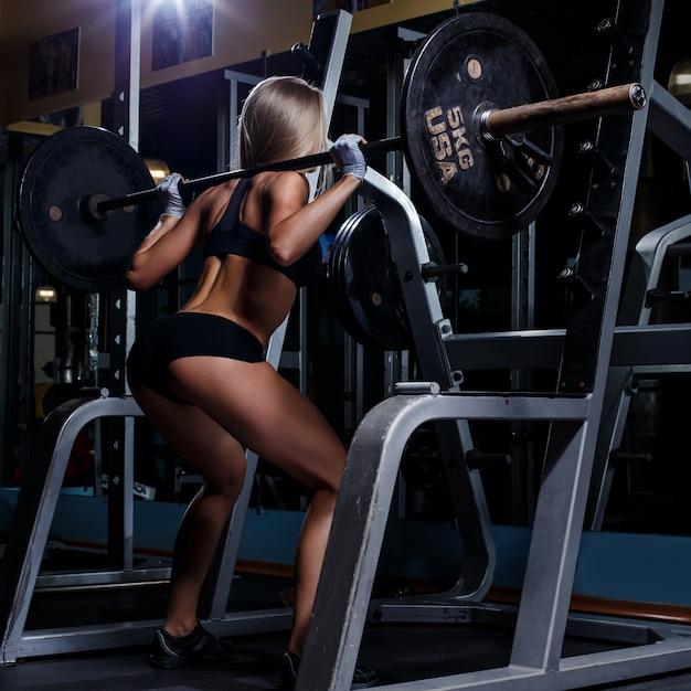 Hermosa chica en el gimnasio Foto gratis