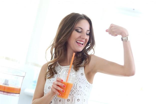 Hermosa chica con jugo de naranja Foto gratis