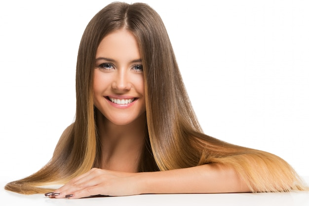 Hermosa chica con largo cabello Foto gratis