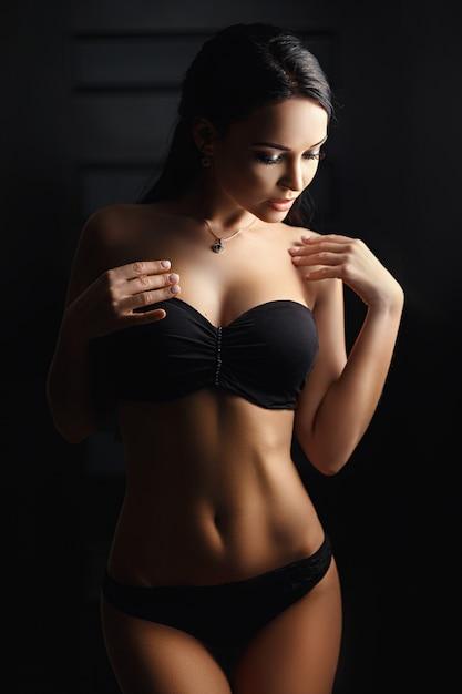 Hermosa chica en lencería sexy negra Foto Premium