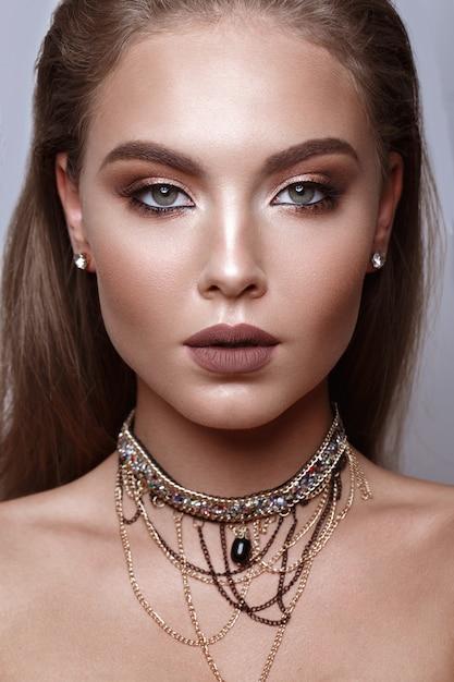 Hermosa chica con maquillaje clásico Foto Premium