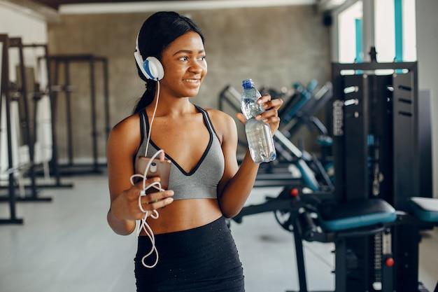 Una hermosa chica negra se dedica a un gimnasio Foto gratis