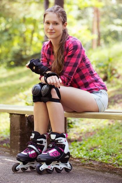 Hermosa chica en patines Foto gratis